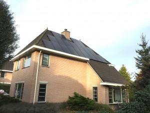 20 glas glas zonnepanelen aan de Zuidwoldigerweg 61 in Hoogeveen geplaatst met 3 fasen Solaredge omvormer en 20 P300 optimizers Steenwijk Meppel Zwolle