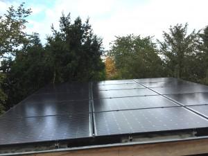 Glas Glas zonnepanelen Wilhelminapark in Meppel Steenwijk Zwolle met Solaredge omvormer en optimizers op plat dak