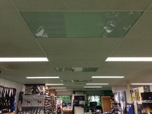 Infrarood panelen in systeemplafond.