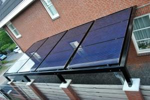 Zonnecarport met geïntegreerde zonnepanelen