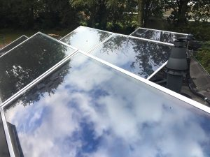 zonnecollectoren op plat dak voor zwembad